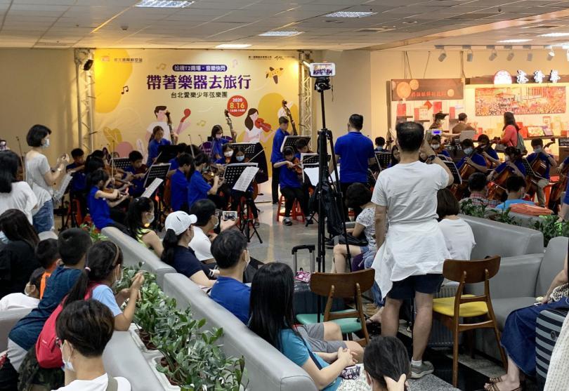 防疫不防藝 台北愛樂少年弦樂團松機驚喜快閃演出